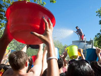 Raw Video Annual Water Fight in Madrid | BahVideo.com