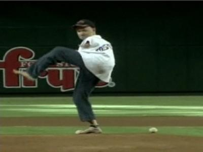 Armless Man Throws First Pitch | BahVideo.com